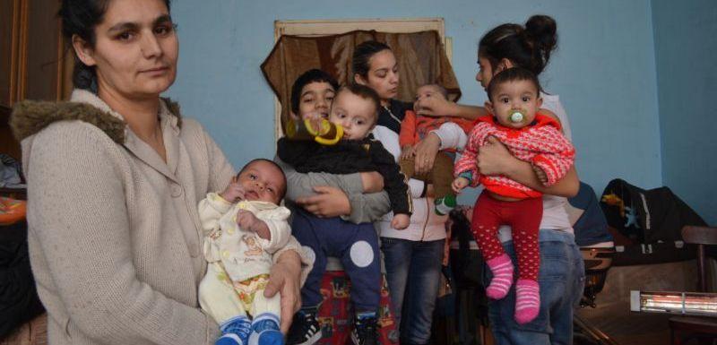 Výsledek obrázku pro cikánská matka s deseti dětmi