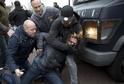 Policisté v civilu zatýkají jednoho z demonstrantů v Amsterdamu.