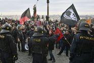 """""""Divadlo"""" při protestu? Muž v hnědé bundě je náš, přiznala policie"""