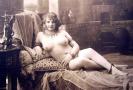Erotická pohlednice z doby před sto lety.