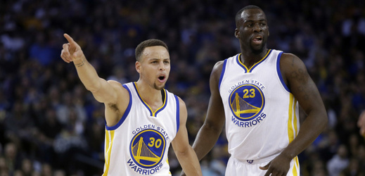 Stephen Curry (vlevo) a jeho spoluhráč z Golden State Draymond Green.