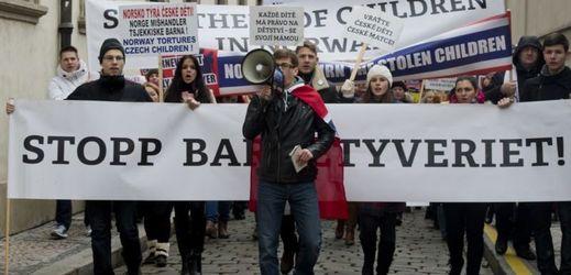 Demonstrace proti kontroverzním případům odebírání dětí norskou sociální službou.