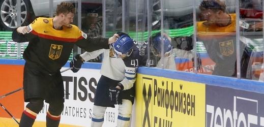 Korbinian Holzer svedl bitku s Antti Pilhstromem v průběhu zápas Finsko Německo na mistrovství světa v Rusku.