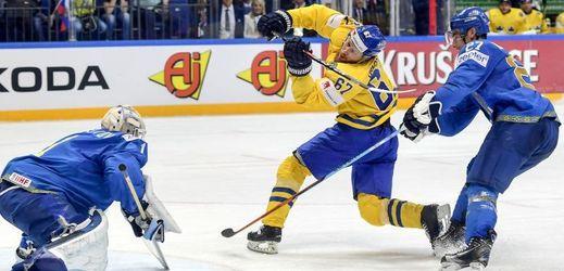 Švédský útočník Linus Omark v utkání s Kazachstánem