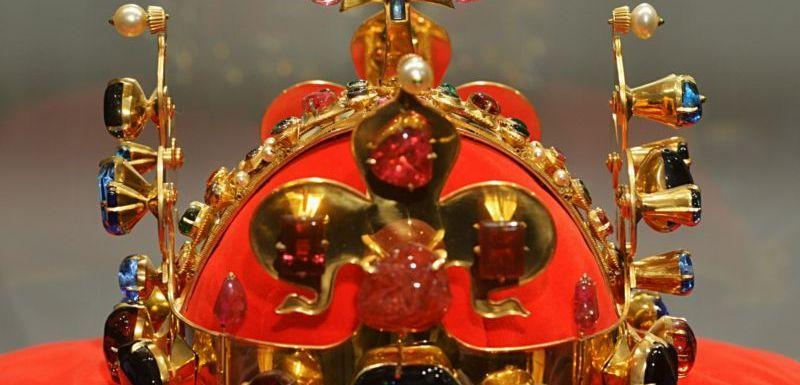 Sedm klíčníků odemklo místnost s korunovačními klenoty  137184bae3