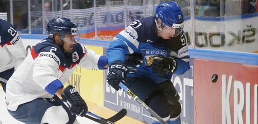 Andrej Sekera bojuje s Finem Tomim Sallinenem o kotouč.