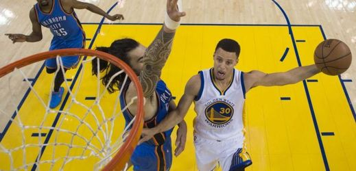 Stephen Curry z Golden State (vpravo).