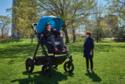 Testovací jízda dvoumetrového kočárku pro dospělé.
