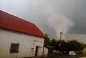 Bouře stodolu zcela zničila, zřícená střecha spadla na zemědělskou techniku.
