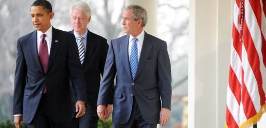 Zleva současný prezident USA Barack Obama a exprezidenti George W. Bush and Bill Clinton.
