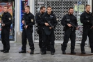 Policisté před mnichovským nákupním centrem.