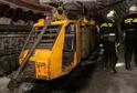 Důl Darkov: horníci u dieselové lokomotivy důlního závěsného vláčku.