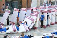 VIDEO: Přes dva tisíce lidí padlo na matraci. Nový světový rekord