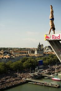 Michal Navrátil v seriálu Red Bull Cliff Diving.