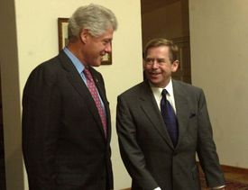 Clinton (vlevo) a Havel.