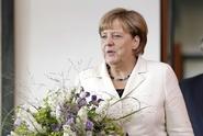 ŽIVĚ: Merkelová v Praze. Čekají na ni demonstranti i Zeman