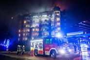 Německá nemocnice v plamenech. Hasiči bojují s rozsáhlým požárem
