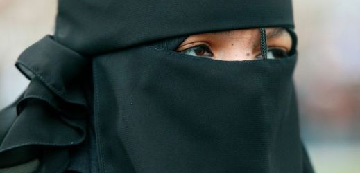 Bulharsko zakázalo burky. Muslimky mohou přijít iodávky (TÝDEN.cz)