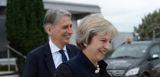Philip Hammond a Theresa Mayová.