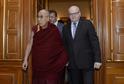 Ministr kultury Daniel Herman (vpravo) se setkal v Praze s tibetským duchovním vůdcem dalajlamou.