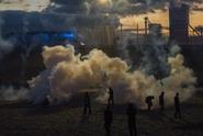 U tábora v Calais létaly kameny a lahve na policisty