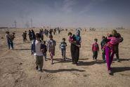 Cesta uprchlíků z Mosulu do Sýrie: minová pole, střelba a strach