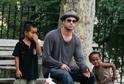 Herec Brad Pitt s dětmi.