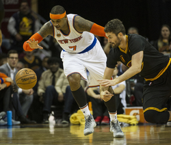 Americký basketbalista New Yorku Knicks Carmelo Anthony (vlevo).