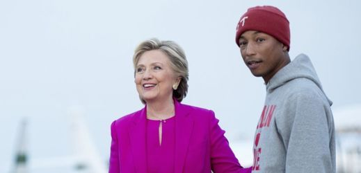 Hillary Clintonová a zpěvák Pharell Williams.