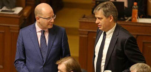 Premiér Bohuslav Sobotka (vlevo) a ministr Jiří Dienstbier.