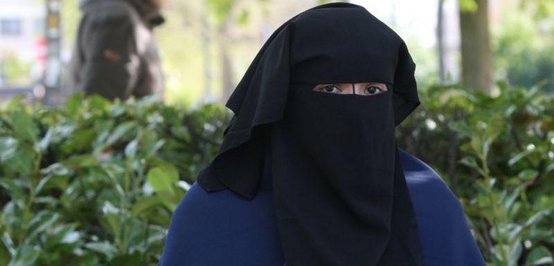 Muslimka dostala vysokou pokutu. Neodhalila se starostovi (TÝDEN.cz)