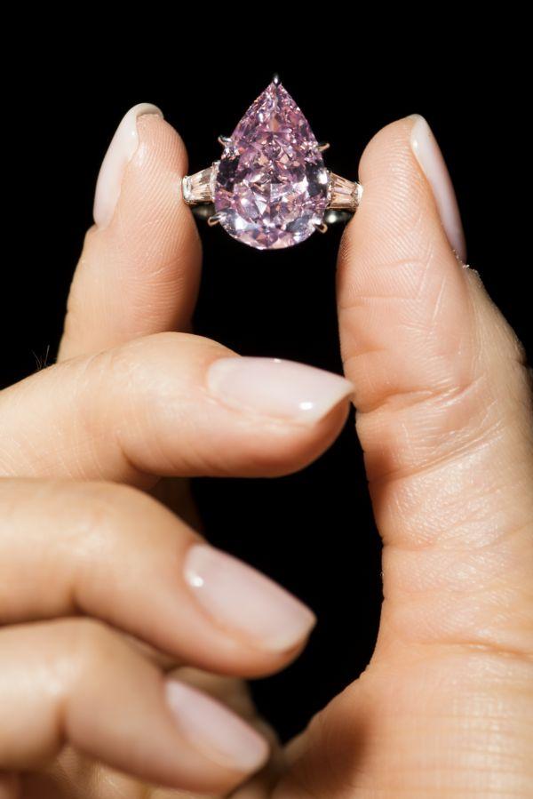 528c195c62b Ve Švýcarsku vydražili růžový diamant za téměř půl miliardy korun ...