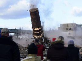 V areálu pokračuje i demolice dalších budov.