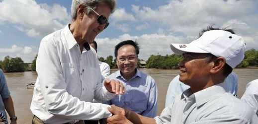 John Kerry a Vo Van Tan.