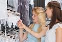 Pryč jsou časy, kdy se muži účastnili ženských nákupů.