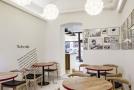 Interiér kavárny ozvláštňují komiksové prvky.