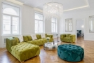 Hlavní obytný prostor je tvořen krásnými původními okny v kombinaci s moderní pohovkou a rafinovaným nepřímým osvětlením.