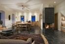 Z hlediska materiálů dominuje celému domu dřevo, kámen, keramika a přírodní textil.
