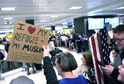 Američtí demonstranti zdraví pasažéry na mezinárodním letišti ve Washingtonu a vyjadřují podporu přistěhovalcům.