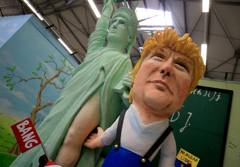 Trump sahá soše Svobody na odhalené stehno. e0f047eade