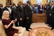 Trumpova poradkyně klečící na pohovce vyvolala skandál