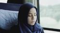 Muslimská dívka vzbuzuje ve svém spolucestujícím zpočátku smíšené pocity.