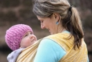 Nošení dítěte v šátku se stalo novodobým trendem.