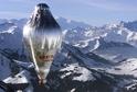 Cesta britského vzduchoplavce Briana Jonese. Balon letí nad švýcarskými Alpami.