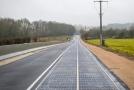 Kilometrový úsek je pokrytý solárními panely.