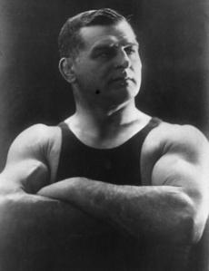 S nezbytným knírem, v přiléhavém zápasnickém trikotu a kožených botkách byl Frištenský miláčkem davů.