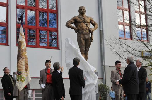 V roce 2013 byla v Litovli odhalena Frištenského socha.