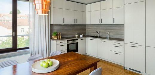 Kuchyně je díky použitým barvám a materiálům jednoduchá a nenápadná a krásně splývá s interiérem.
