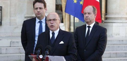 Francouzský premiér Bernard Cazeneuve (uprostřed).