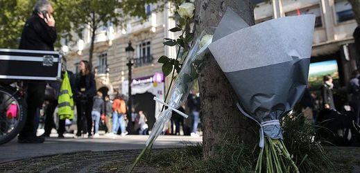 Na třídu Champs-Élysées lidé přinášejí květiny.